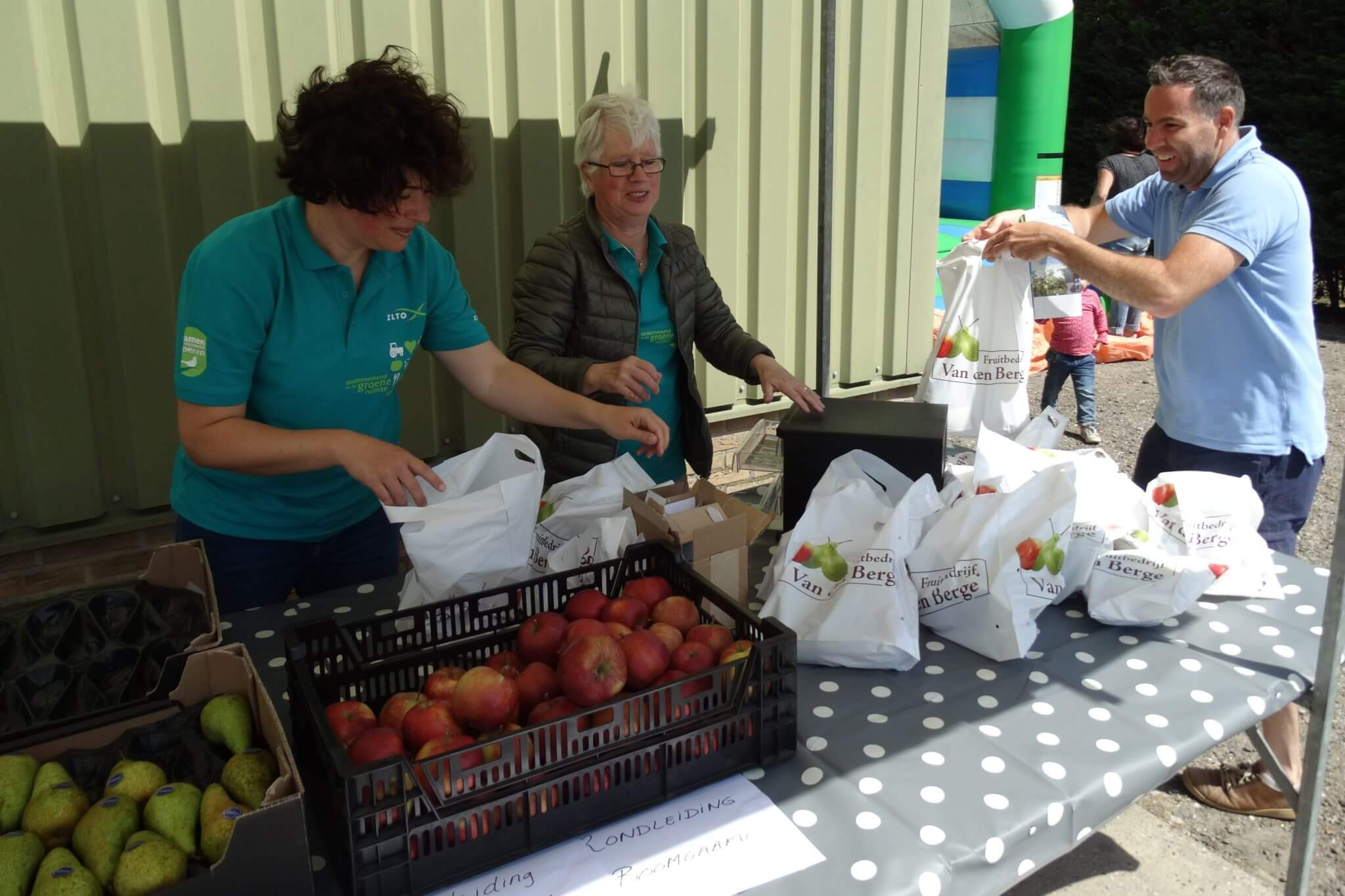 Fruitbedrijf Van den Berge_Buurten bij de Boer_uitdelen fruittasje2