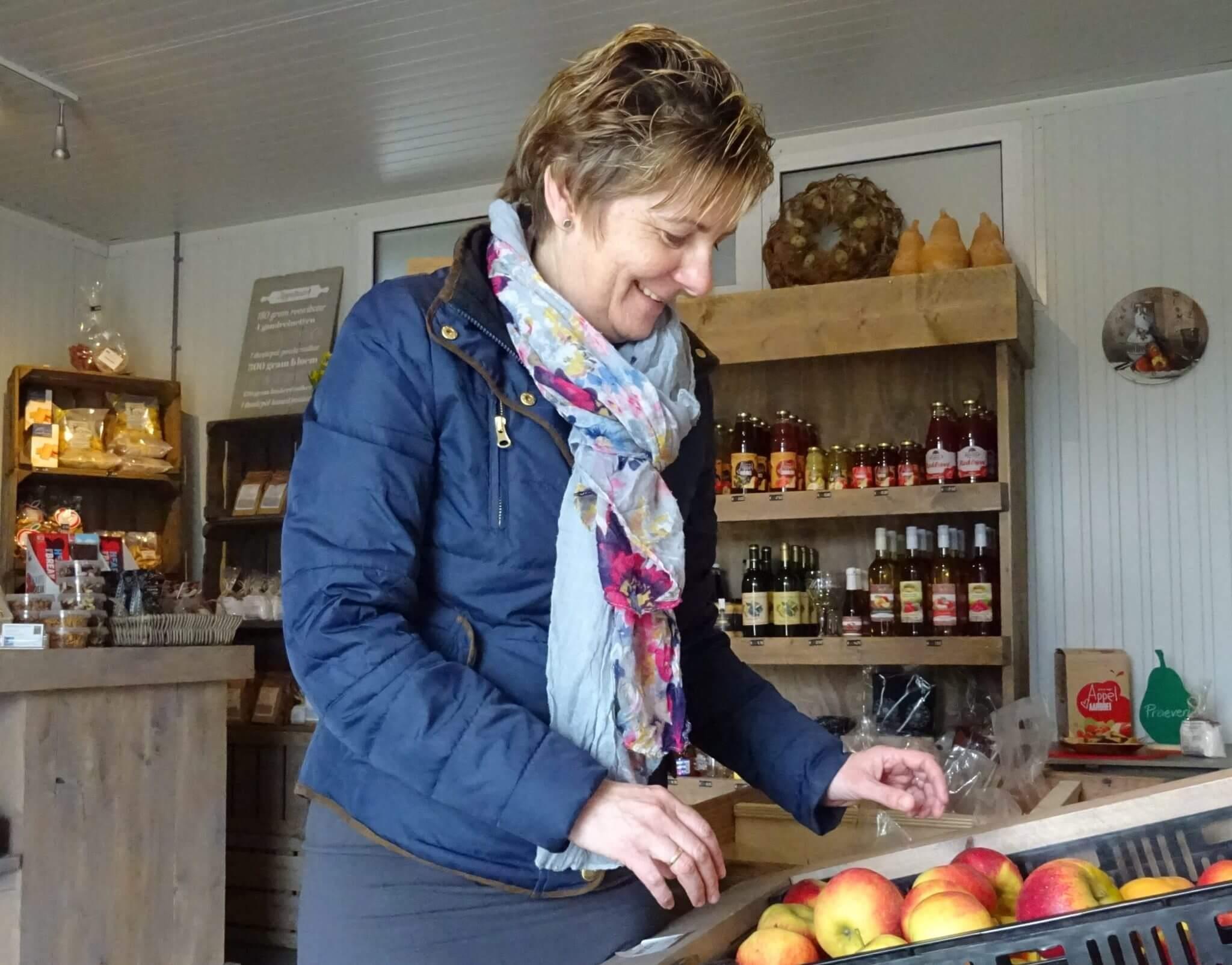 Fruitbedrijf Van den Berge_winkeltje_Gerda